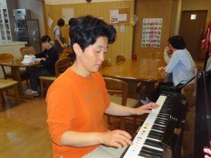 リビングでピアノ(函館青年寮)