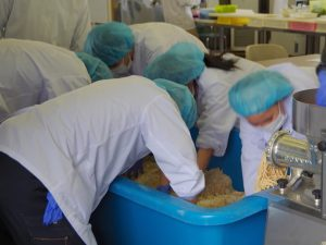 味噌作り(ワークショップまるやま荘)