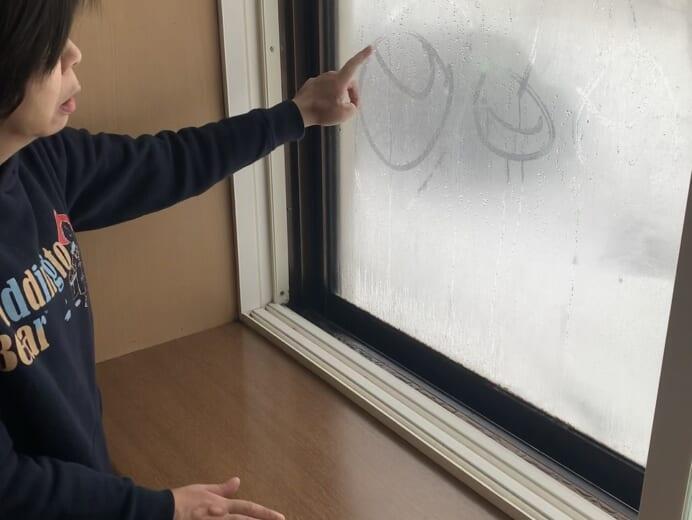 星が丘寮「窓にさくらんぼお絵描き」